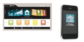 Ob mit dem Smartphone oder dem PC. Mit Somfy-TaHoma kann man Rollläden und Sonnenschutzprodukte bequem und fast von jedem Platz der Welt aus steuern. (Foto: Somfy)